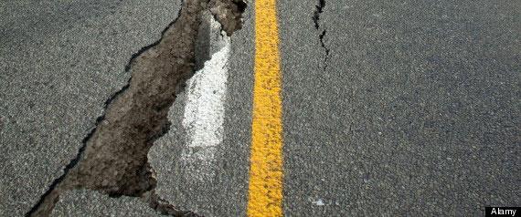 Một vết nứt lớn trên đường do động đất gây ra.