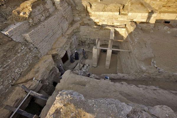 Khu lăng mộ của công chúa Sheretnebty nằm ẩn giấu trong tầng đá nền và giữa vòng vây của các mộ thuộc về 4 quan chức ngoài Hoàng gia.