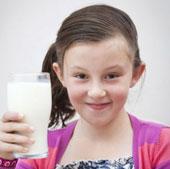 Cô bé chỉ sống được nhờ sữa