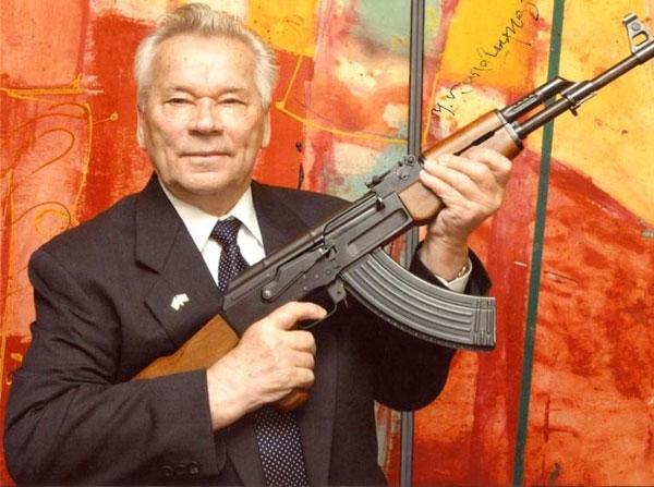 Mikhail Kalashnikov cùng khẩu súng trường AK-47 do ông thiết kế.