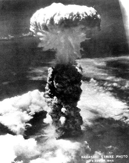 Đám mây khổng lồ hình nấm bốc lên từ vụ nổ bom nguyên tử tại thành phố Nagasaki, Nhật Bản vào ngày 9/8/1945.