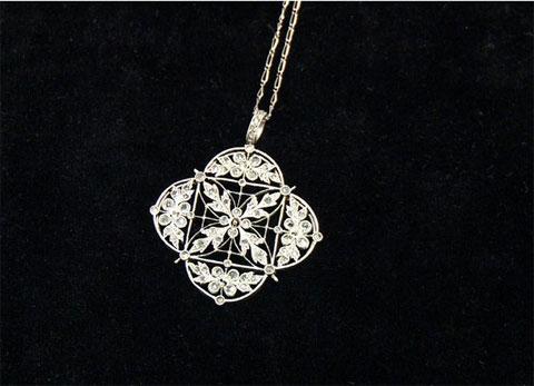 Sợi dây chuyền platinum nạm kim cương, một trong những món trang sức trục vớt được từ tàu Titanic.