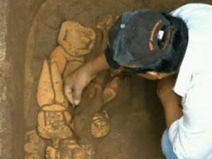 Nhà khảo cổ học đang khai quật một khu mộ cổ của người Maya được tìm thấy ở Guatemala.