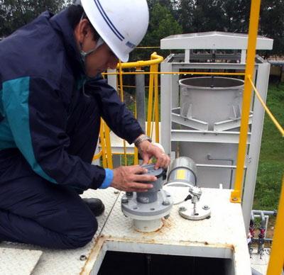 Chuyên gia Nhật Bản kiểm tra hệ thống xử lý nước thải vừa được đưa vào hoạt động