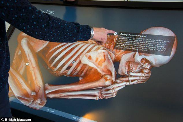 Khách du lịch tới bảo tàng Anh có thể tận tay chạm vào hình ảnh xác ướp trên màn hình cảm ứng.