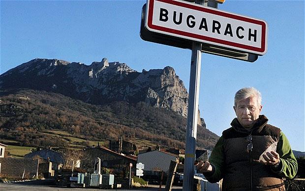 Một con đường dẫn lên đỉnh núi Bugarach tại Pháp.