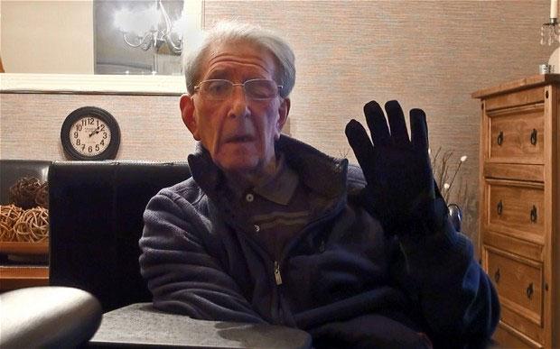 Ông Bill Broad với găng tay giúp ông giao tiếp