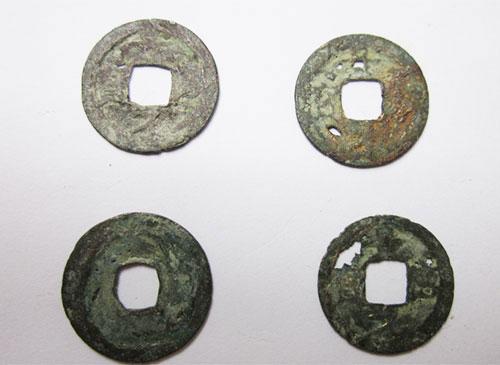 Một số đồng tiền được tìm thấy trong chum tiền Tuyên Quang