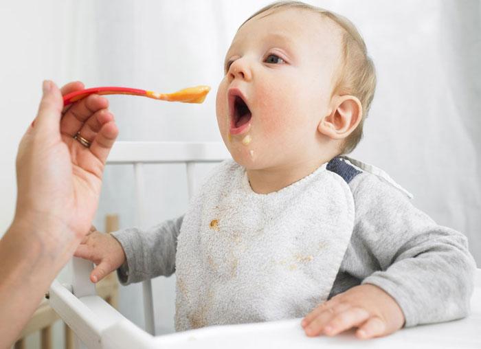 Trẻ bú sữa mẹ hoàn toàn trong sáu tháng có hàm lượng sắt thấp hơn trẻ được ăn bổ sung ngũ cốc từ tháng thứ 4.