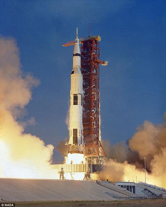 Tàu Apollo 11 đi vào lịch sử khi đưa 3 phi hành gia Neil A. Armstrong, Michael Collins và Edwin E. Aldrin, Jr., lên mặt trăng vào ngày 16/7/1969