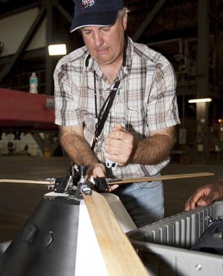 Một kỹ sư của NASA đang tiến hành thử nghiệm thiết bị.