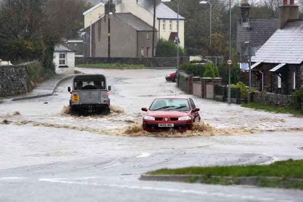 Nước lũ tràn vào các ngôi nhà ở Newlyn, Cornwall tối 24/11.