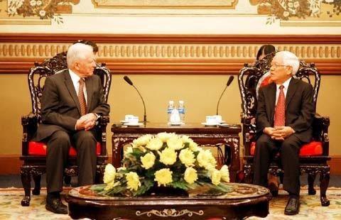 Giáo sư Harald zur Hausen gặp gỡ Chủ tịch UBND TP.HCM Lê Hoàng Quân nhân chuyến thăm đến Việt Nam.