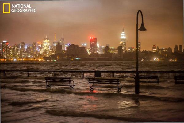 Nước từ dòng sông Hudson tràn vào Hoboken, New Jersey, Mỹ lúc 10h tối.