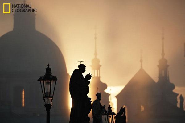Một sáng mùa thu ở Prague với những bức tượng trên cầu Charles.