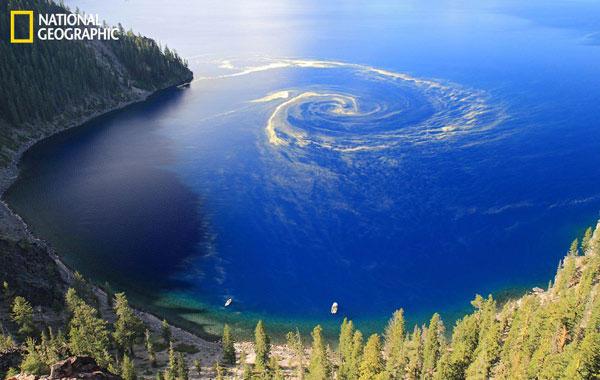 Xoáy nước lớn hình thành tại Công viên Quốc gia Crater Lake, Oregon, Mỹ.