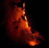 """Hawaii: Hàng loạt """"suối"""" dung nham nóng chảy tràn vào đại dương"""
