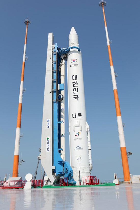 Tên lửa Naro-1 trên bệ phóng tại Trung tâm Vũ trụ Naro