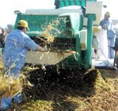 Máy gặt lúa giành giải sáng chế 100 triệu đồng