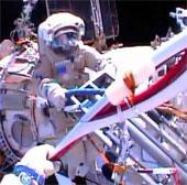 Video: Đi bộ rước đuốc trong không gian