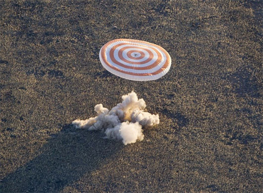 Tàu vũ trụ Soyuz trở về an toàn với ngọn đuốc Olympic