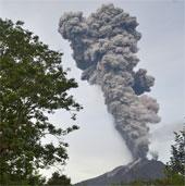 Núi lửa Indonesia phun cột tro khói cao 8.000 mét