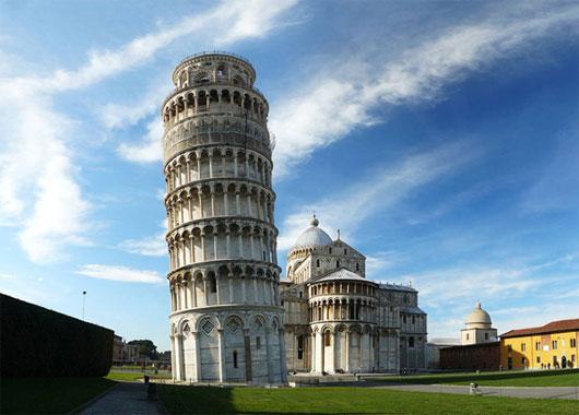 Khách vào tháp tham quan phải đi từng nhóm nhỏ để tránh gây các tổn hại cho tháp nghiêng Pisa.