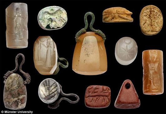 Phát hiện hàng trăm bùa chú niên đại 2000 năm