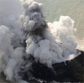Núi lửa phun trào tạo nên đảo mới ở Nhật