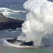 Video: Núi lửa phun trào tạo nên đảo mới ở Nhật