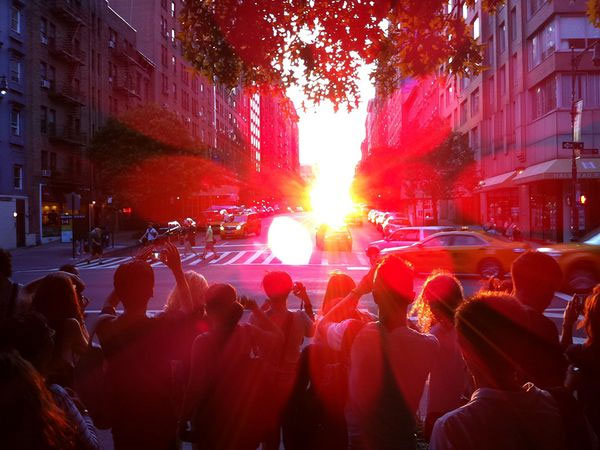 Hàng trăm người chụp ảnh khoảnh khắc khi Mặt trời lặn chính giữa phố Manhattan trước Viện bảo tảng lịch sử quốc gia Mỹ