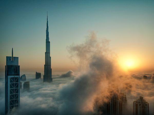Sương sớm bao phủ các tòa nhà chọc trời, bao gồm tòa nhà cao nhất thế giới Burj Khalifa ở Dubai