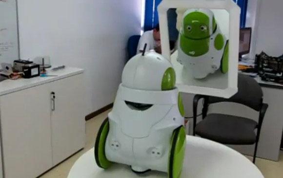 """Robot """"xanh"""" biết soi gương"""
