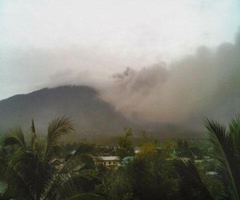 Núi lửa Indonesia phun trào, hàng nghìn người sơ tán