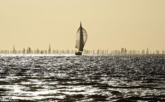 Một chiếc thuyền đơn độc dạt ra ngoài phía xa những đoàn thuyền của đối thủ tham gia cuộc đua tại Hampshire