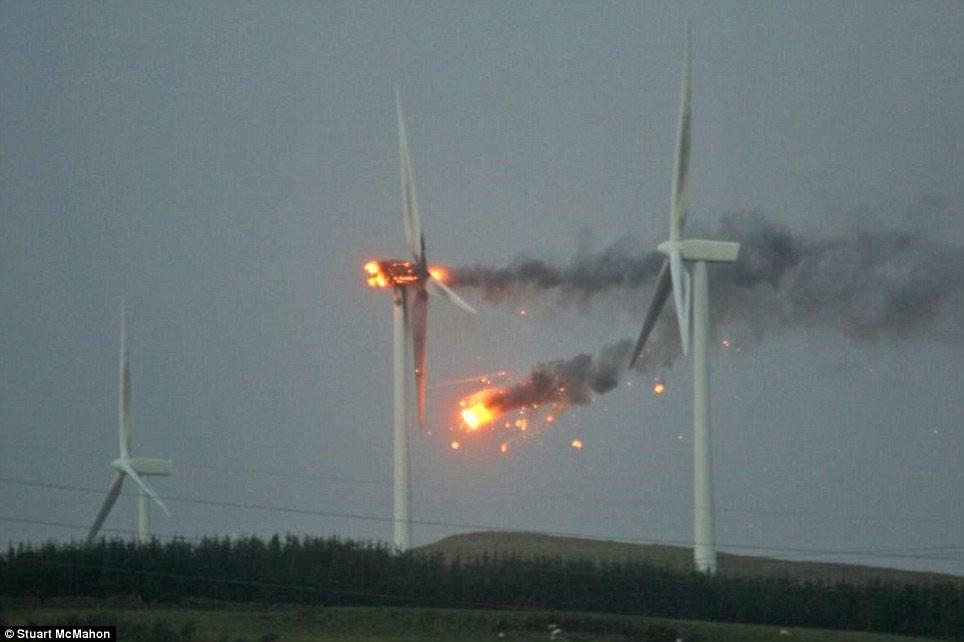 Video: Bão lớn tấn công Scotland, turbine gió bốc cháy