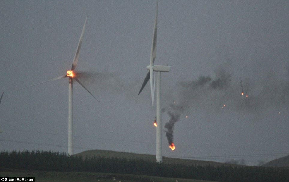 Ảnh turbine gió bốc cháy.