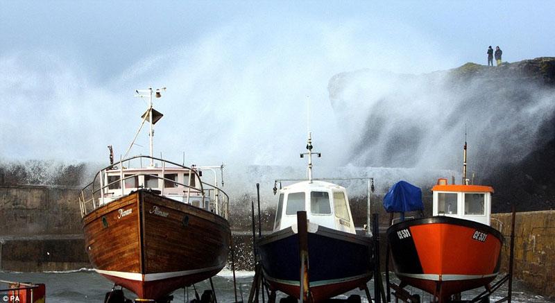 Bão lớn tấn công Scotland, turbine gió bốc cháy