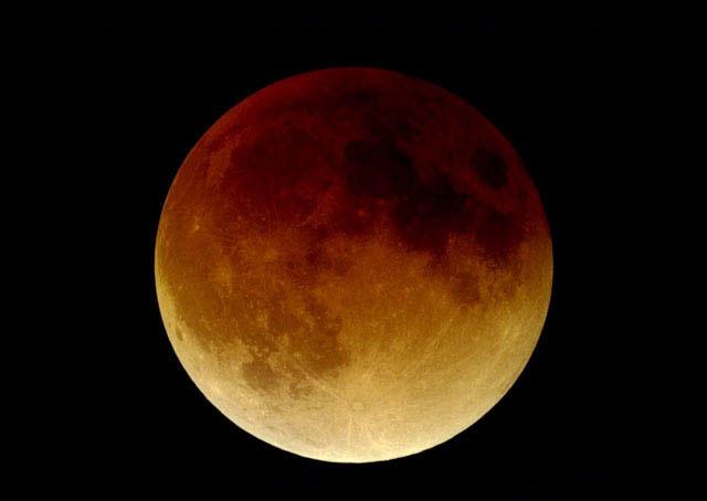 """Bầu khí quyển trái đất là """"tác giả"""" tạo nên sắc màu lạ cho mặt trăng khi xảy ra hiện tượng nguyệt thực."""