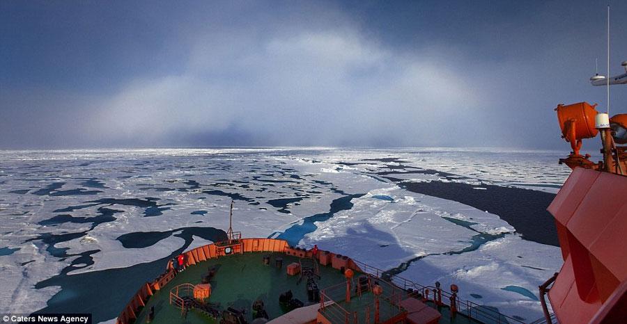 Sam cùng đoàn thủy thủ trên con tàu phá băng hạt nhân của Nga được chứng kiến cảnh tượng vô cùng hiếm hoi này của tự nhiên.
