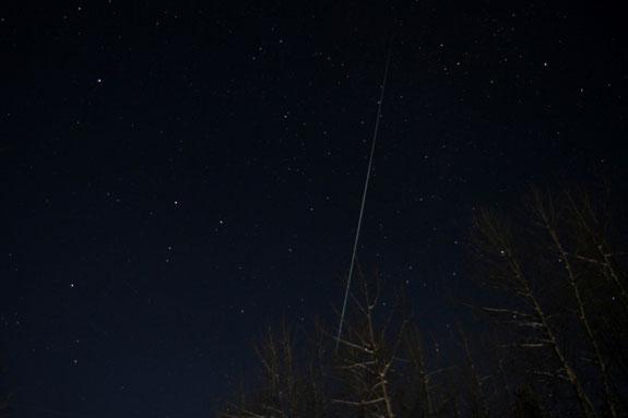 Mưa sao băng Geminids trên bầu trời đêm ở British Columbia (Canada) khi nhiệt độ ngoài trời xuống dưới -10 độ C.