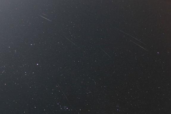 Nhiếp ảnh gia Mike Hankey chụp được khoảnh khắc mưa sao băng Geminids ở Freeland, Mỹ.