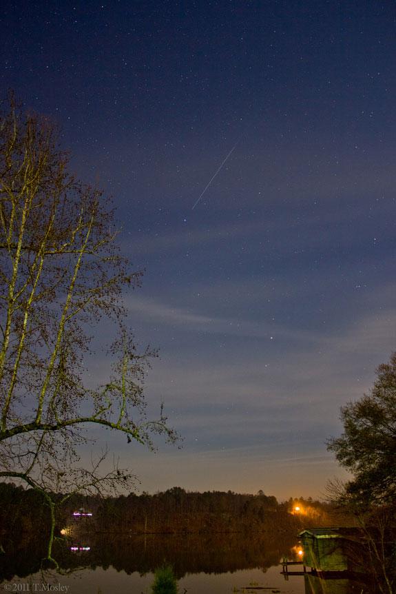 Những ngôi sao băng lung linh trên mặt hồ tĩnh lặng ở Alabama, Mỹ.