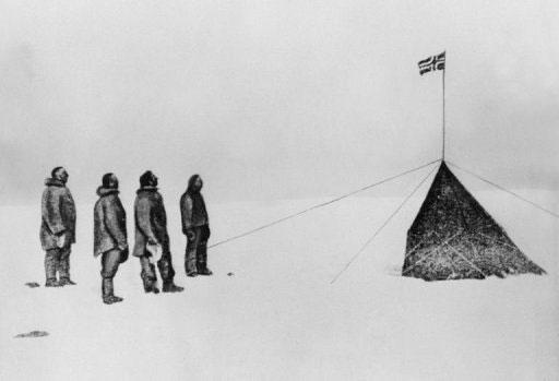 Bức ảnh chụp đoàn thám hiểm của Amundsen bên lá cờ Na Uy sau chuyến đi thành công của họ tới Nam Cực 100 năm trước.