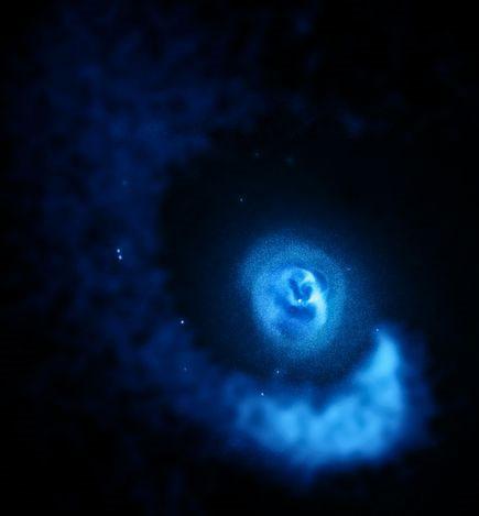 Khí gas hình xoắn ốc bao quanh cụm thiên hà Abell 2052 được ghi lại bởi tàu thăm dò Chandra X-ray Observatory của NASA. Các nhà thiên văn học cho rằng cụm thiên hà Abell 2052 bi xoay chuyển như vậy là do lực tác động của một nhóm thiên hà nhỏ với một nhóm thiên hà lớn hơn.