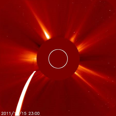 """Hình ảnh ghi lại của tàu thăm dò Mặt trời SOHO của NASA sao chổi Lovejoy đang lao thẳng về phía Mặt trời. Sao chổi Lovejoy thuộc nhóm """"Kreutz sungrazer"""" – những sao chổi có quỹ đạo bay rất gần Mặt trời, mới được phát hiện vào ngày 27/11 vừa qua."""
