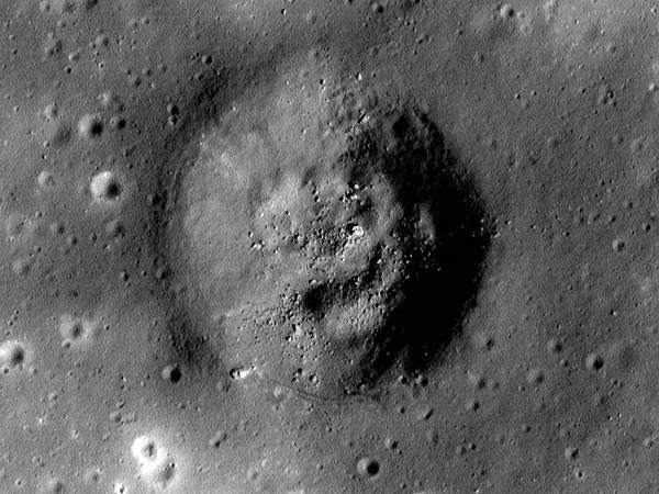 Hình ảnh cận cảnh miệng hố lớn Shorty trên Mặt trăng được lại bởi tàu thăm dò Mặt trăng Lunar Reconnaissance Orbiter của NASA. Đây cũng là khu vực tàu vũ trụ Apollo 17 hạ cánh vào ngày 11/12/1972.