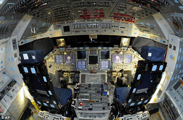Khám phá buồng lái của tàu vũ trụ Atlantis