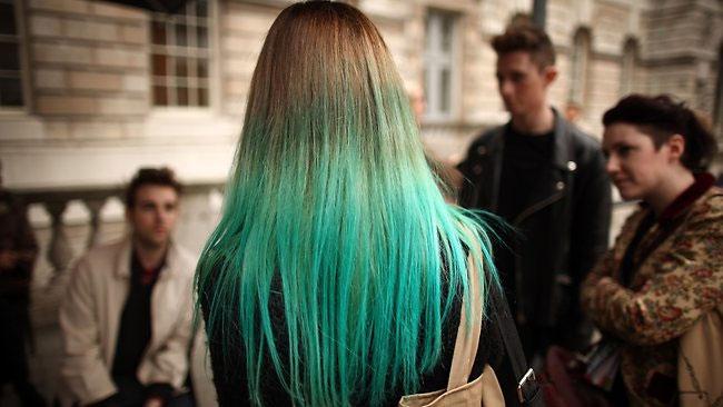 Tóc vàng biến thành xanh lá sau khi tắm