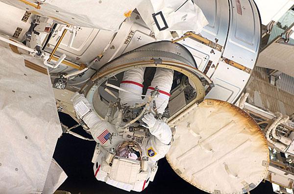 Phi hành gia người Mỹ Andrew Feustel ở Trạm vũ trụ quốc tế trong quá trình xây dựng và bảo trì trạm. Ảnh chụp ngày 22/5/2011.